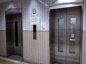 道順/エレベーターの前