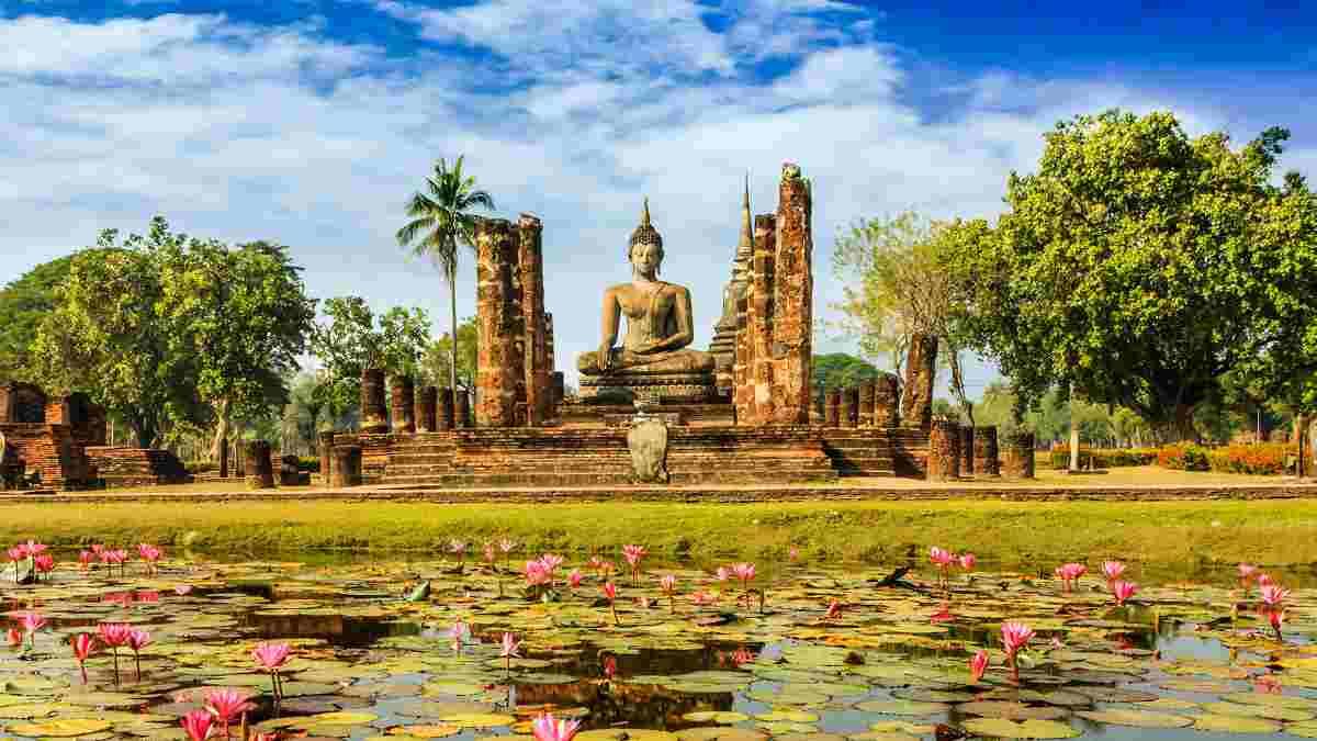 蓮池の向こうにたたずむ仏像