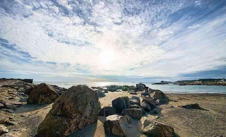 光あふれる空と海と海岸