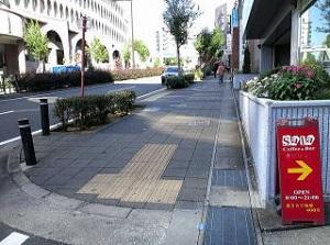 横断歩道を渡り前進です